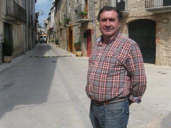 L'alcalde de Terrades al davant del carrer major del poble E.C
