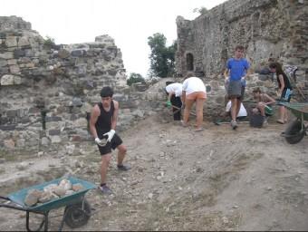 Alguns joves, ahir, al camp de treball del Castell de Sant Iscle, a Vidreres. J. GONZALO