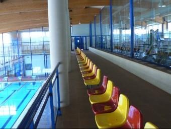La piscina coberta de Tossa de Mar, on es pot veure a una banda ell gimnàs i la sala de musculació i a l'altra el bassi d'aigua. PAU LANAO