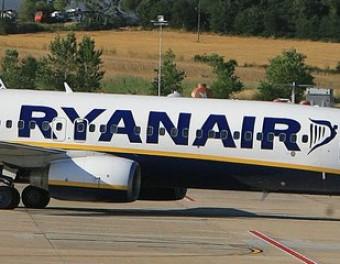Dos avions a la pista de l'aeroport de Girona, a Vilobí d'Onyar MANEL LLADÓ
