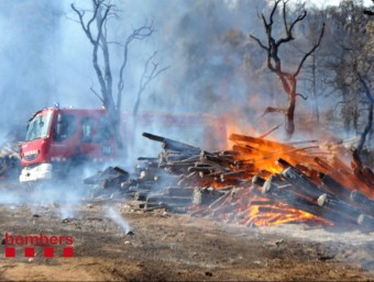 L'incendi de Llagostera s'ha originat en una pila de llenya, a la zona de la Banya Croua BOMBERS DE LA GENERALITAT