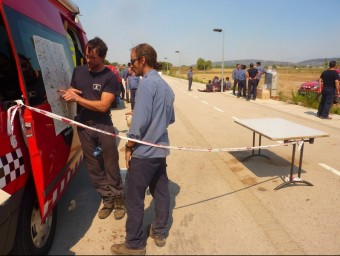 Bombers estudiant un mapa, a Avinyonet. R. E