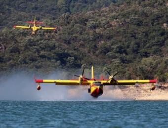 Dos hidroavions recollint aigua a Boadella LLUÍS SERRAT