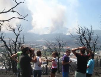 Veïns de la Jonquera observen el front de l'incendi des d'una zona ja cremada ESTEVE CARRERA