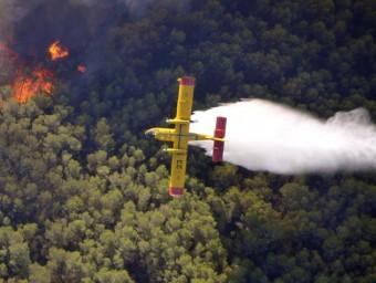 Un hidroavió llança la seva càrrega d'aigua damunt un dels fronts de l'incendi, aquest dilluns a l'Alt Empordà BOMBERS DE LA GENERALITAT