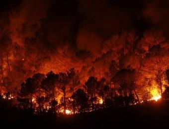 El foc continua actiu i els efectius desplaçats a la zona centren els seus esforços al flanc més occidental REUTERS