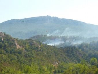 La muntanya de la Salut de Terrades, amb la fumarola de l'incendi a la seva base. R. ESTEBAN