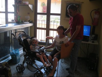 José de la Rubia amb la seva esposa i una de les seves netes al local social que l'ajuntament de Capmany els ha facilitat.
