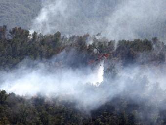 Un helicòpter bombarder treballant al front de la Salut de Terrades. REUTERS