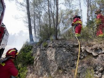 Efectius de la Unitat Militar d'Emergències, treballant aquest dimarts a la zona entre Boadella i Terrades EFE