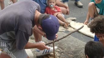 Aprendre a fer foc és una de les activitats que es pot aprendre als tallers del festival.  MUSÉE DE TAUTAVEL