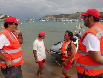 Sanitaris ahir a Montgó i, al fons, la Punta Milà, on al darrera es feia la recerca JOAN SABATER