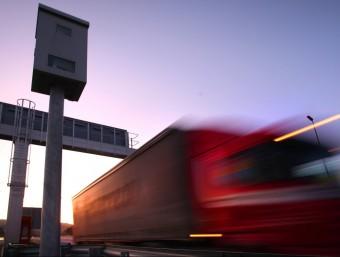 Un camió passa rebent davant un radar a la carretera C-31 a l'altura de Castell Platja d'Aro LLUÍS SERRAT / ARXIU