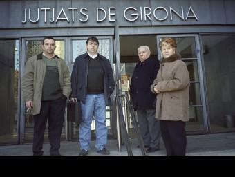 Carme Martí, a dalt amb el seu home i els seus fills al jutjat. ARXIU