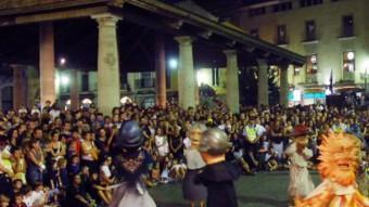 Els capgrossos a la plaça Porxada, en un acte de festa major. PRESÈNCIA
