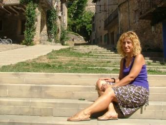L'alcaldessa, fotografiada en un dels carrers del nucli antic de Vallfogona. J.C