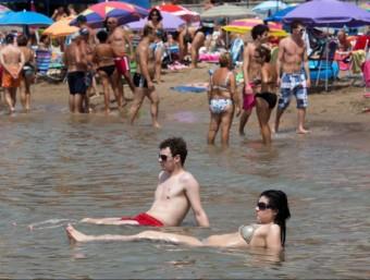 Gent a la platja de Salou ARXIU