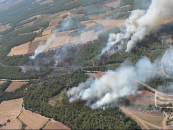 Dues imatges del foc d'ahir. AGENTS RURALS/ JOAN SABATER
