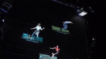 Espectacla inagural «As the World tipped», de la cia. Wired Aerial Theatre.