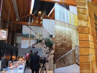 Una imatge de l'interior del pavelló catalanobalear a la Biennal d'Arquitectura, amb la Casa Collage de Girona en primer pla INSTITUT RAMON LLULL