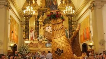 A l'interior del santuari, l'àliga ofereix el seu ball solemne curt a la Mare de Déu de Misericòrdia. M. MARTÍNEZ
