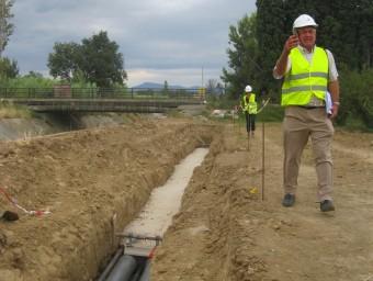 Yves Decoeur, director d'Inelfe, visitant un tram de les obres de soterrament la MAT, a Vilanova de  la Ribera, al Rosselló. E. C