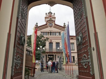 L'entrada principal de Sakya Tashi Ling, amb les banderes de pregària, i, més al fons, el Palau Novella.  JUANMA RAMOS