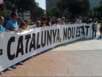 L'Assemblea Nacional Catalana desplega a la plaça de Catalunya de Barcelona la pancarta que anirà al davant de la manifestació de l'11S.  OSCAR PALAU