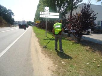 Un agent de la policia científica, inspeccionant ahir l'entrada a Lloret per la C-63 G.P
