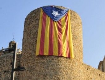 L'estelada que van penjar ahir a la torre del castell de Llagostera CANAL AJUNTAMENT