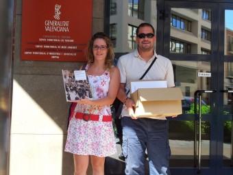 Esther Ferrándiz i Mario Carbonell entreguen la documentació. CEDIDA