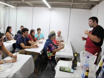 Una sessió d'iniciació al tast de la Jove Confraria dels Caves i Vins de l'Empordà, ahir a la Rambla de Figueres. J. SABATER
