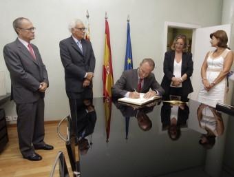El president Fabra signa el llibre de visites de la Sindicatura de Comptes. EL PUNT AVUI