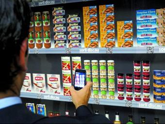 Un usuari de Sorli Virtual capta amb el mòbil els productes per omplir una cistella virtual  SORLI VIRTUAL