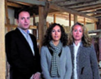 El gerent de Casa Riera Ordeix, Joaquim Comella Riera, amb les seves germanes Mercè i Anna.  JORDI PUIG