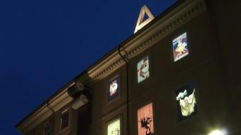Una instantània captada amb nocturnitat d'un edifici que il·lumina gran part de la història de la imatge. JOSEP MARIA OLIVERAS / MUSEU DEL CINEMA