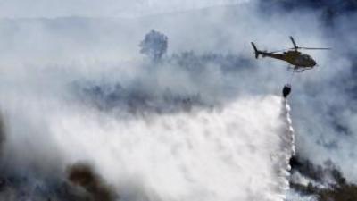 Un miler de persones , entre efectius aeris i terrestres, treballen en l'extinció de l'incendi que crema a la comarca dels Serrans des de diumenge. JOSÉ CUÉLLAR