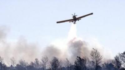 Un avió sobrevola l'incendi de Benicolet. EFE / RUBÉN FRANCÉS
