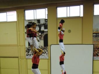 La Colla Vella dels Xiquets de Valls i la colla castellera xinesa els Xiquets d'Hangzhou aixecant dissabte un pilar de forma conjunta a la seu de la colla vallenca. ANNA FERRÀS/ ACN