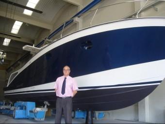 Eusebio Riola amb un dels vaixells fabricat per Lamicat.  L.M
