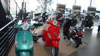 A l'exposició de Girmoto S.L. es poden veure diferents models de Piaggio, Vespa, Gilera, Aprilia i Derbi.