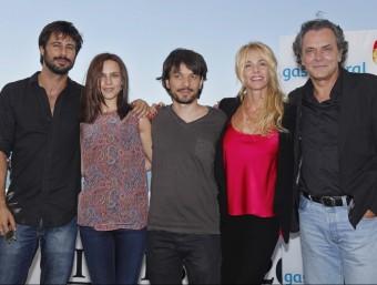Oriol Paulo (centre) ahir a Sitges, amb Hugo Silva i Aura Garrido (esquerra) i Belén Rueda i José Coronado SUSANNA SÁEZ / EFE