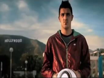 Captura del vídeo amb David Villa, en primer terme, i al fons el cartell de Hollywood coronant el massís del Garraf EL PUNT AVUI