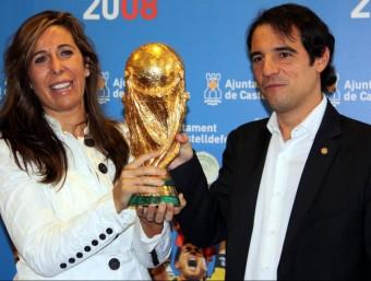 La presidenta del PPC, Alícia Sánchez-Camacho, i l'alcalde de Castelldefels, Manuel Reyes, aixecant la copa del món de la selecció espanyola de futbol a finals de setembre ACN