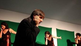 Una escena de 'Mgogoro', amb David Planas en primer terme i, al darrere, Cristina Cervià, Mercè Pons i Meritxell Yanes.  LLUÍS SERRAT