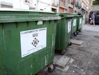 Diversos contenidors de la brossa al municipi de Vidreres. LLUÍS SERRAT