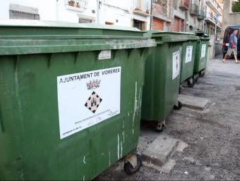Diversos contenidors del rebuig, a un carrer de Vidreres. LLUÍS SERRAT