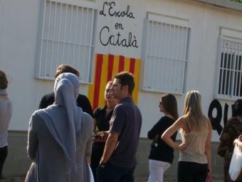 Pares de l'escola Sant Jordi de Bonmatí, ahir a la tarda, esperant la sortida dels nens. M.B
