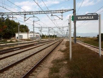 Una imatge de les vies del tren de Vilamalla, ona s'ha e construir el futur centre intermodal de mercaderies. JOAN SABATER