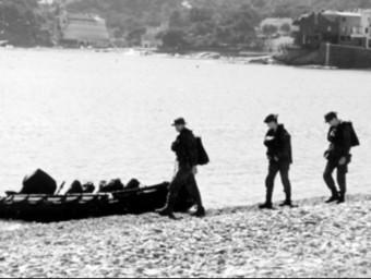 Una imatge del desembarcament de l'exèrcit a la platja Gran de Cadaqués el 1999. ARXIU